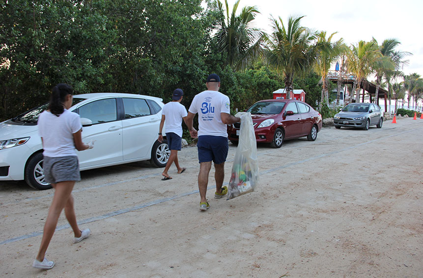 Beach cleaning with Dolphinaris