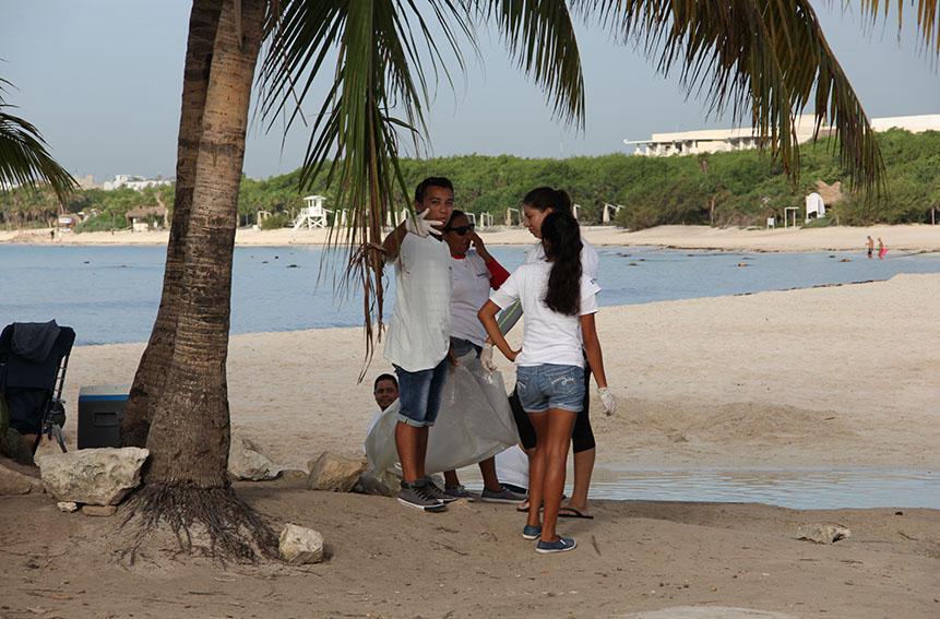 Limpieza de playas de Dolphinaris