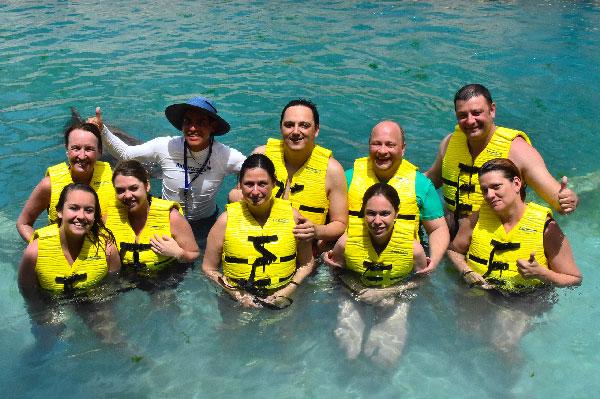 Como nadar con delfines [Guía de estilo WikiHow - Paso a paso] Viajar con amigos