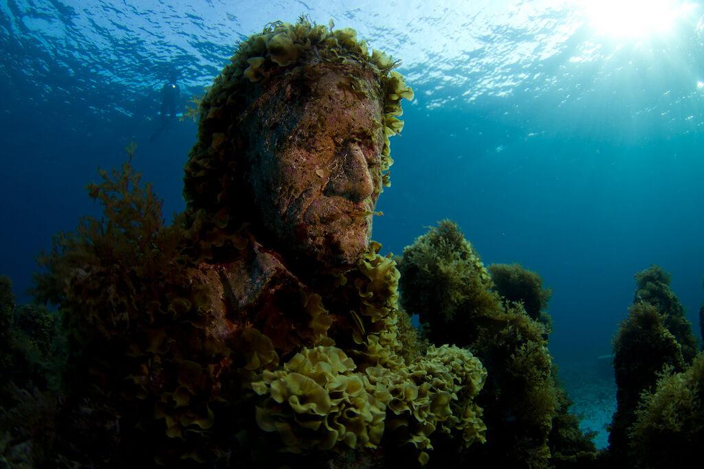 Además del nado con delfines, el museo subacuático de arte es una buena opción.