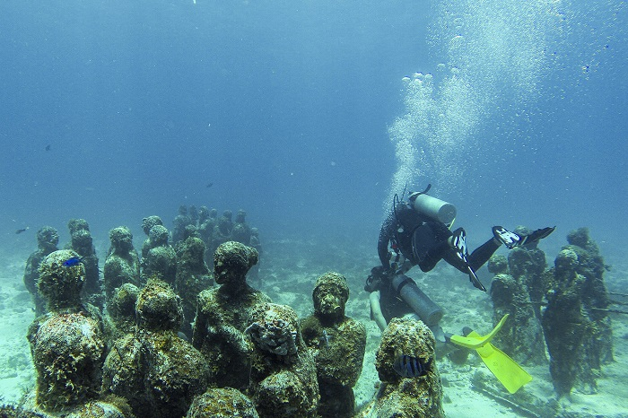 Algunas de las esculturas en el museo subacuático de arte en Cancún.